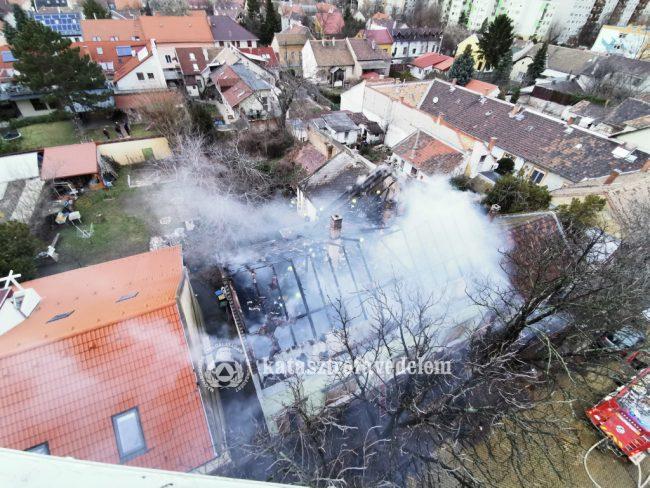 Kigyulladt egy ház tetőszerkezete a XIX. kerületben